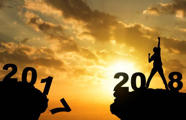 mann hand oben am gipfel mountian sonnenuntergang hintergrund mit text 2018 frohes neues jahr, tür-reisen-business-konzept - neue abenteuer stock-fotos und bilder