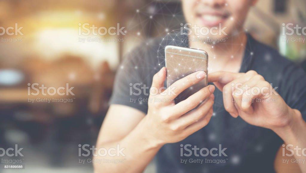 Mano del hombre mediante teléfono móvil, en todo el mundo interfaz de conexión de la tecnología. - foto de stock