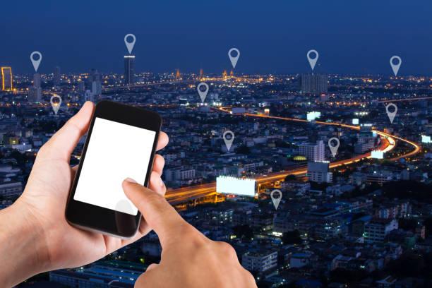Hand des Mannes mit Smartphone suchen Loaction auf Karte Pin auf Draufsicht Stadt Landschaft in Bangkok, Thailand. – Foto
