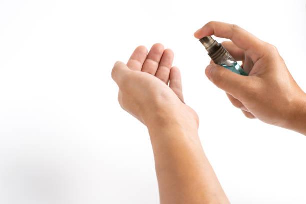 man händer tillämpa alkohol desinfektionsmedel spray eller anti bakterier spray till en annan hand för att förhindra spridning av virus, bakterier och bakterier. covid-19 pandemic coronavirus förebyggande och personlig hygien koncept. - resistance bacteria bildbanksfoton och bilder