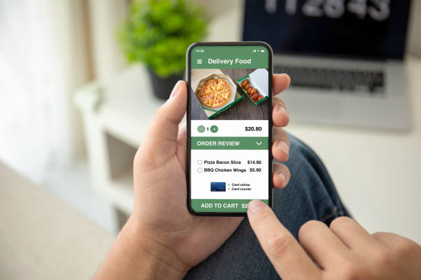 Mann Hände halten Telefon mit App Lieferung Lebensmittel auf dem Bildschirm – Foto