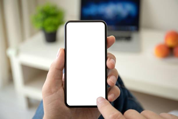 Mann Hände halten Telefon mit isoliertem Bildschirm im Raum – Foto