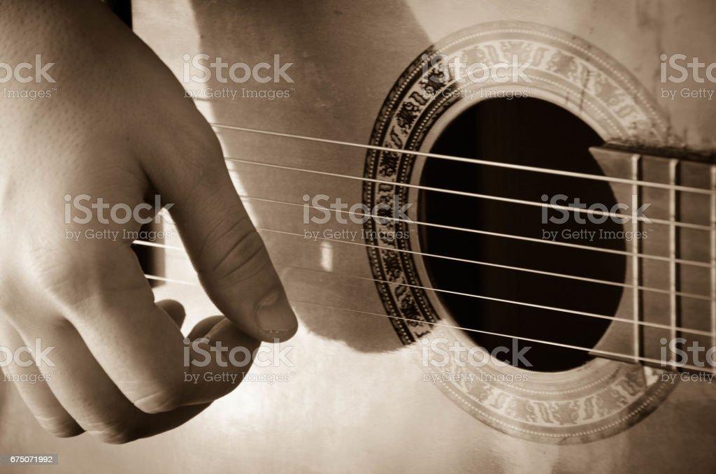 Mann Nahaufnahme Hände spielt akustische Gitarre, - Lizenzfrei Akkord Stock-Foto
