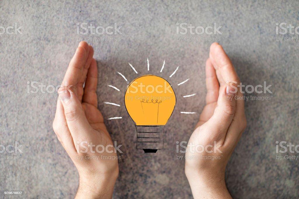 Hände des Mannes speichern Energie Birne Lichtkonzept – Foto
