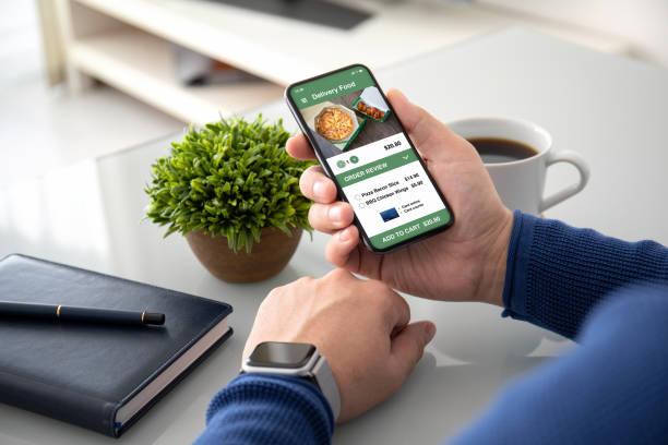 Mann Hände beobachten, halten mit App Lieferung Lebensmittel auf dem Bildschirm – Foto