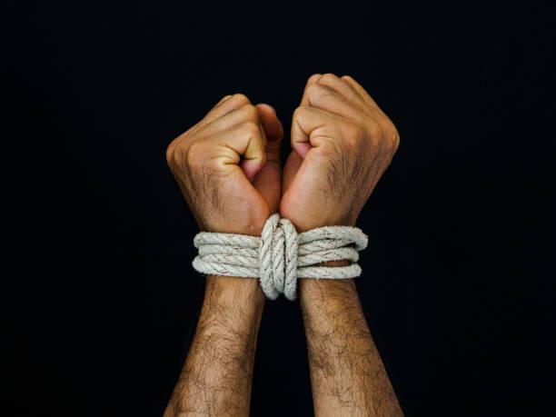 homem de mãos atadas com uma corda. conceito de direitos humanos dia aterrorizado, violência. - atado - fotografias e filmes do acervo