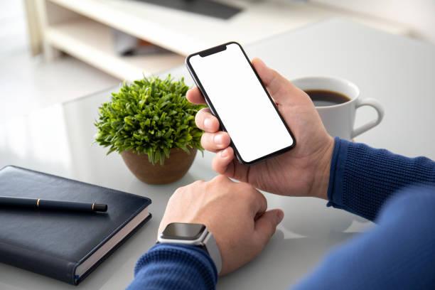 Mann Hände mit Uhr halten Telefon mit isolierten Bildschirm – Foto