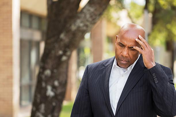mann einen schlechten tag bei der arbeit. - migräne vorbeugen stock-fotos und bilder