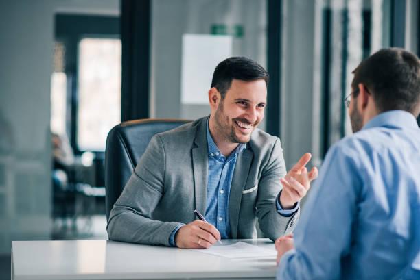 hombre que tiene una reunión de negocios y firma un contrato, reclutamiento o acuerdo. - abogado fotografías e imágenes de stock