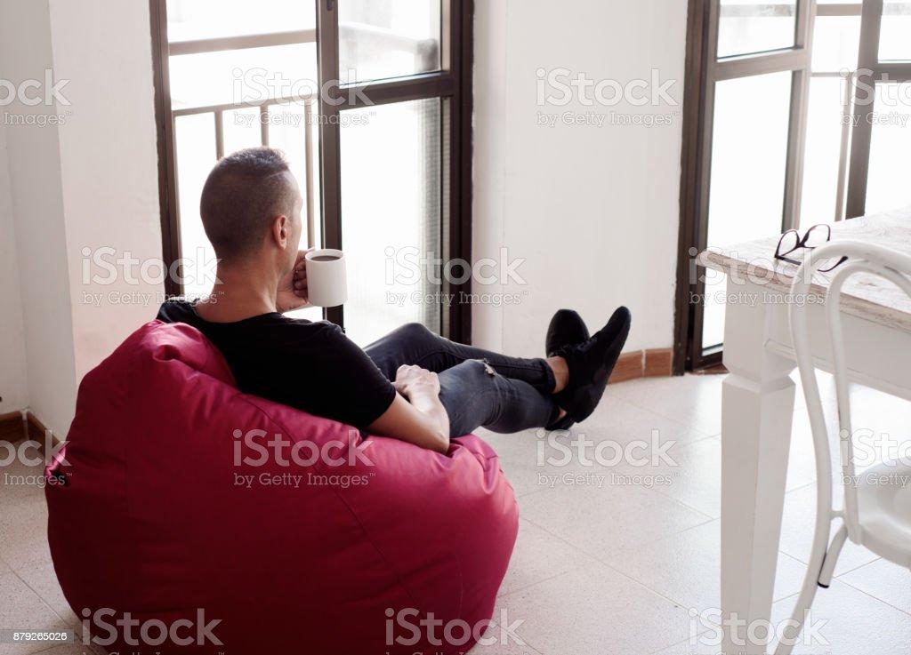 Sensational Foto De Homem Tomando Um Cafe Sentado Em Uma Cadeira Do Saco Gmtry Best Dining Table And Chair Ideas Images Gmtryco
