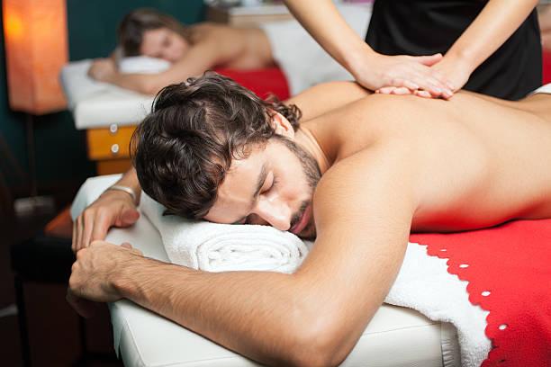 Hombre tener un masaje - foto de stock