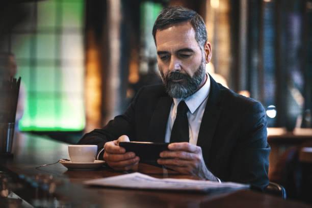 mann mit einem morgendlichen kaffee in einer bar - schwarzer kaffee net stock-fotos und bilder