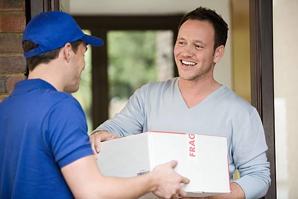Mann liefern ein Paket, – Foto