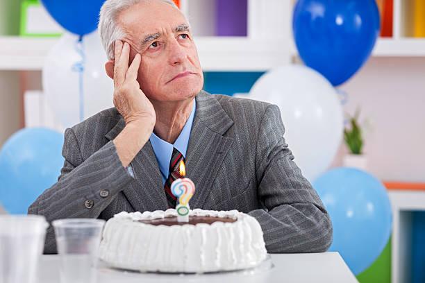 mann, die alzheimer-krankheit auf geburtstag - geburtstag vergessen stock-fotos und bilder