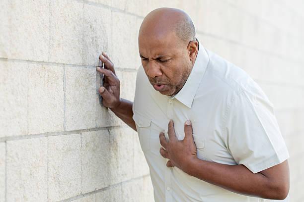 Homem tendo dores no peito - foto de acervo