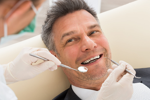 Man Having Dental Checkup In Clinic Stockfoto und mehr Bilder von Erwachsene Person