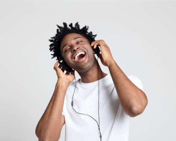 Mann mit Spaß Musik hören – Foto