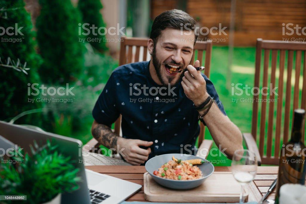 Mann zu Mittag in einem Garten an einem sonnigen Sommertag – Foto
