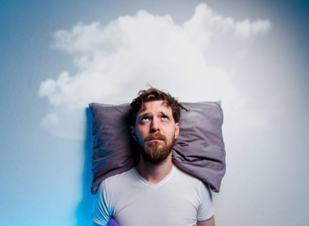 hombre que tiene problemas / insomnio, tendido en la cama - man sleeping fotografías e imágenes de stock