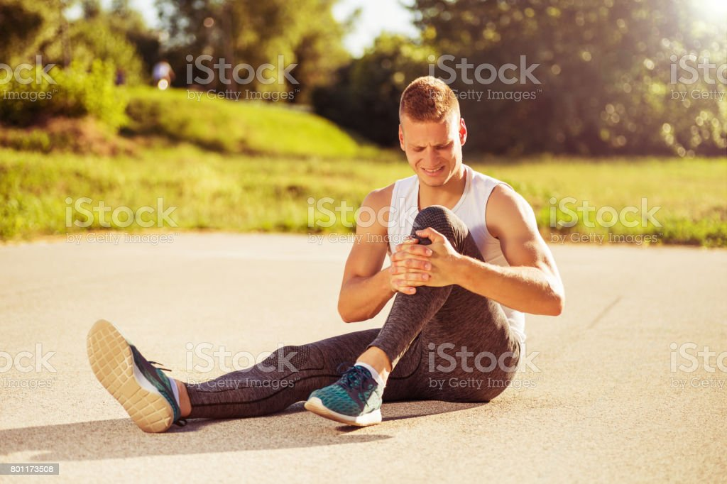 Mann mit Sportverletzung - Lizenzfrei Asphalt Stock-Foto