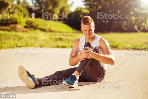 Mann Mit Sportverletzung Stockfoto und mehr Bilder von Asphalt
