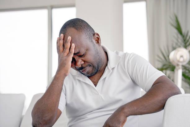 Mann Kopfschmerzen. Mann drückt ihren Kopf – Foto