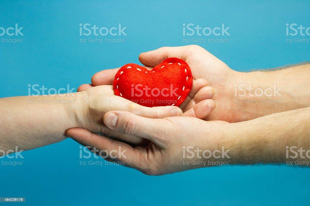 Mann helfen alte senior Frau hand holding Rotes Herz – Foto