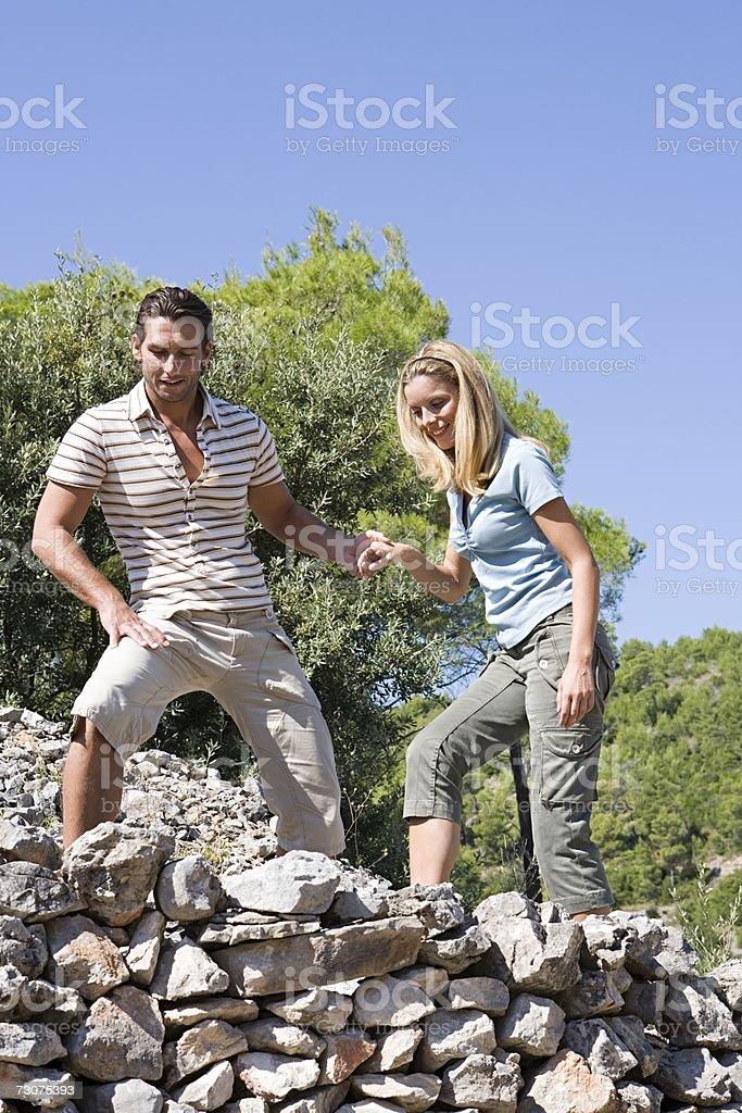 Homem ajudando a mulher foto de stock royalty-free