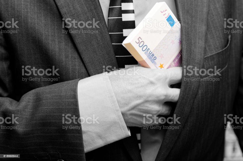 Ein Mann verbirgt sich ein Bündel Geld in der Tasche – Foto