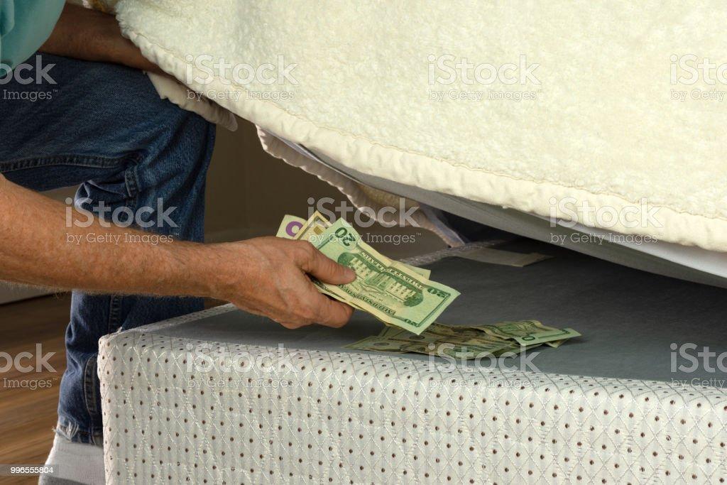 Mann Geld Unter Seiner Matratze Versteckt Weil Er Nicht In Banken
