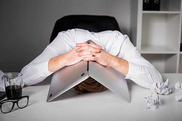 mann versteckt unter laptop - frustration stock-fotos und bilder