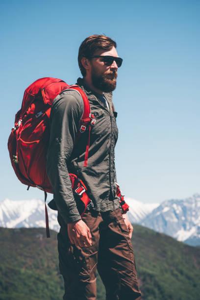 Mann Wanderer Klettern in Bergen mit Rucksack Reisen Lifestyle Erfolg Konzept Abenteuer Aktivurlaub im freien – Foto