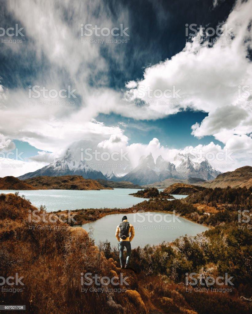 homem de caminhadas no torres del paine - chile - foto de acervo