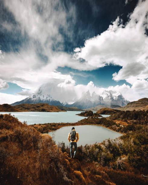 homem de caminhadas no torres del paine - chile - belas mulheres argentina - fotografias e filmes do acervo