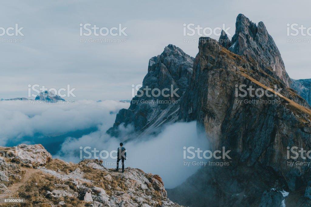Mannen vandring nära Seceda mountain i Dolomiterna bildbanksfoto