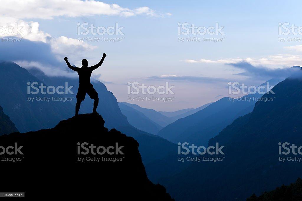 Mann silhouette in Bergen wandern Erfolg – Foto