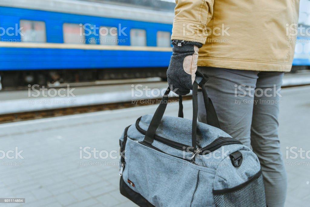 adam tutun çanta yakın çekim tren istasyonu - Royalty-free Adamlar Stok görsel
