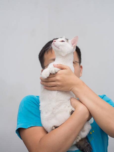 Homem espera seu gato - foto de acervo