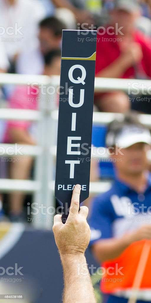 Hombre mantener señal tranquila, en la competencia campo de golf. - foto de stock