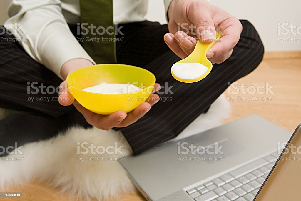 A man holding a bowl of baby food and a spoon 免版稅 stock photo