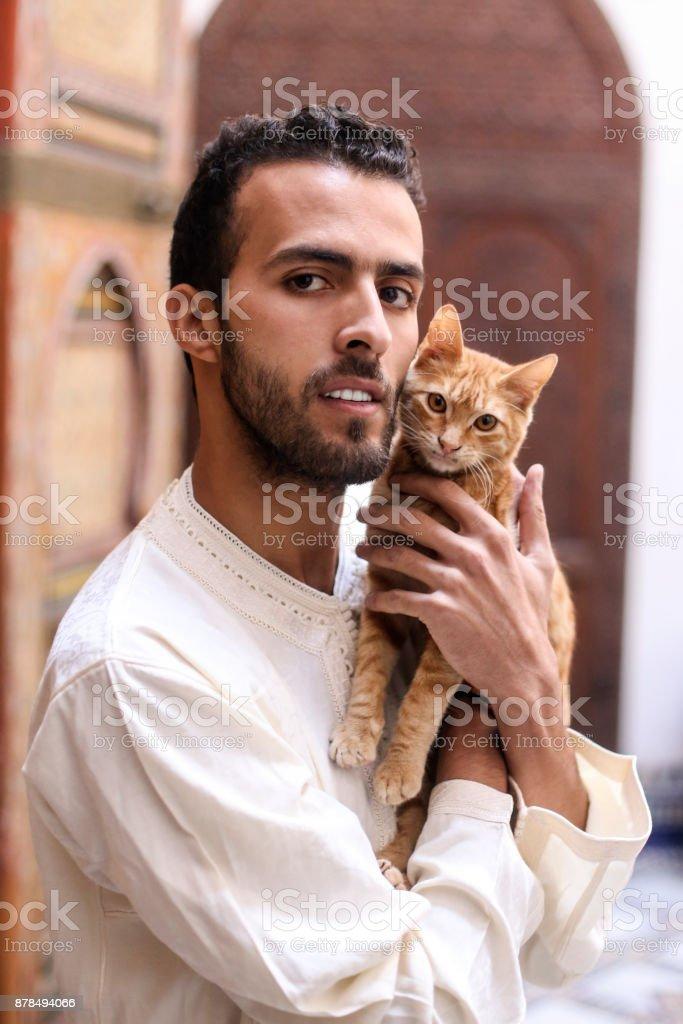 Homme tenant un chat - Photo