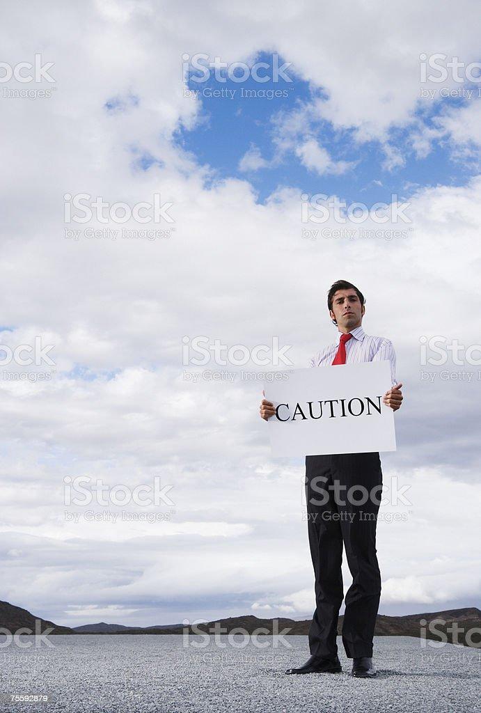 Homem segurando uma placa de aviso foto de stock royalty-free