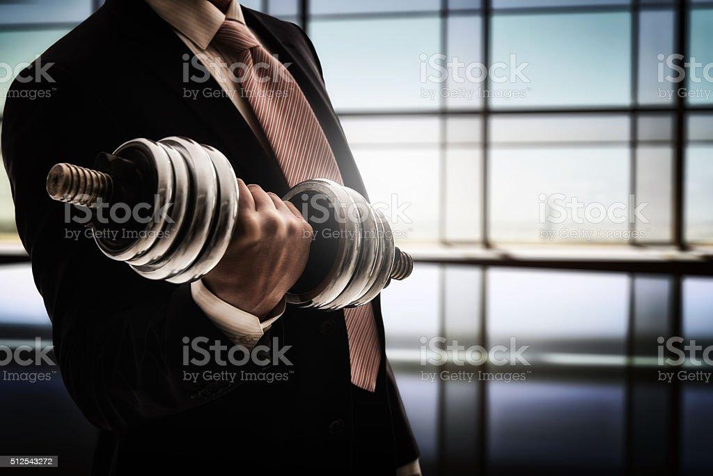 Mann hält eine Hantel – Foto