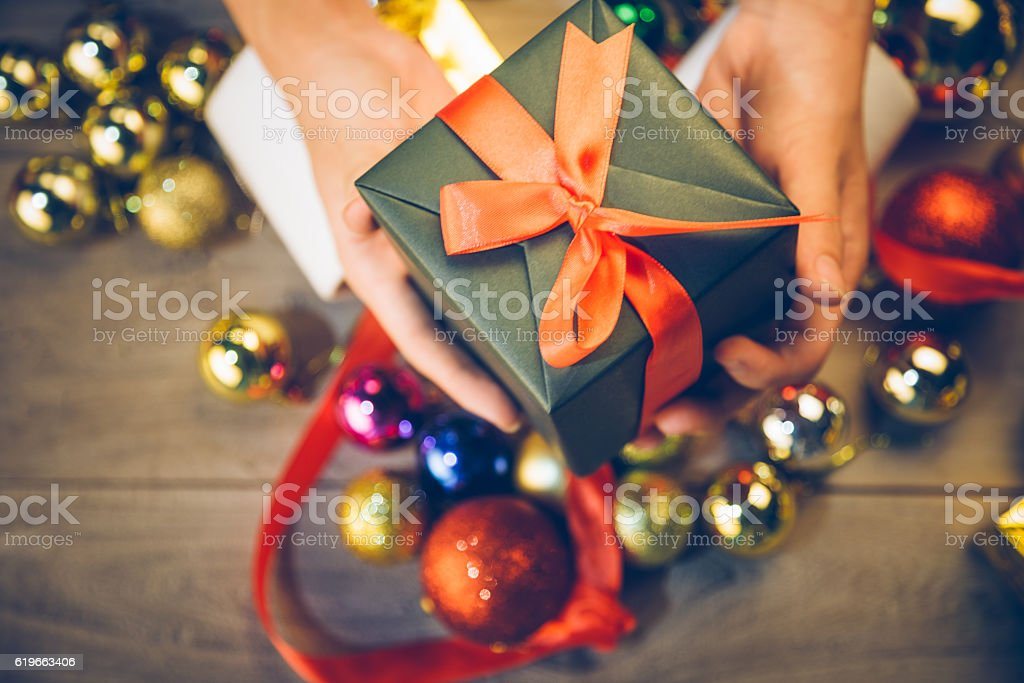 man holding a gift box in a gesture of giving – Foto
