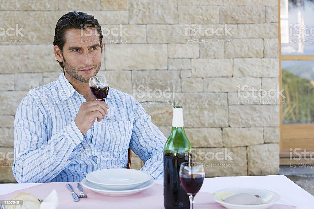 Homem segurando um copo de vinho foto de stock royalty-free
