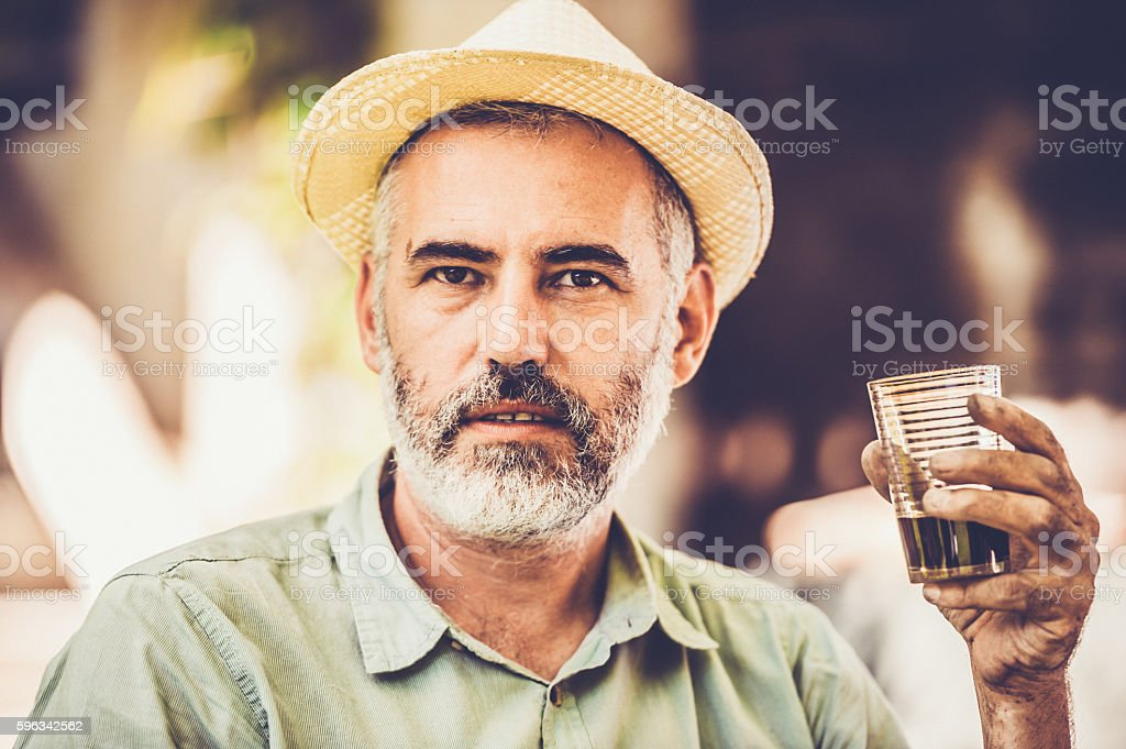 Man Holding a Glass Lizenzfreies stock-foto