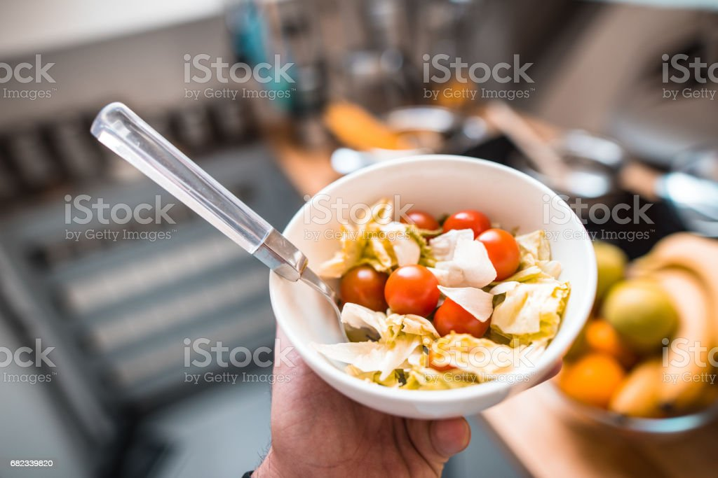 man holding a pot with salad foto stock royalty-free