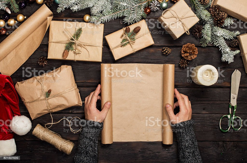 Man holding blank sheet of paper on dark wooden table photo libre de droits
