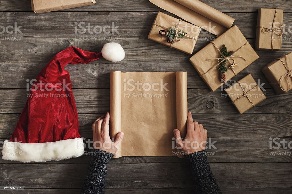 Man holding blank sheet of paper on wooden table foto stock royalty-free