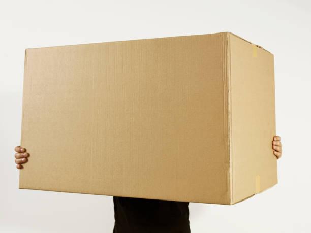 Mann hält Karton box – Foto